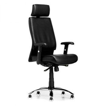 Boss kontorstol i svart skinn og med armlener og nakkestøtte, skråstilt fra siden