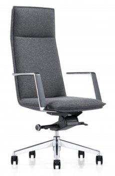Caiser kontor- og konferansestol med høy rygg, armlener og grå ull, sett skrått forfra