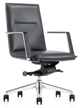 Caiser kontor- og konferansestol med lav rygg, armlener og svart skinn, skrått forfra